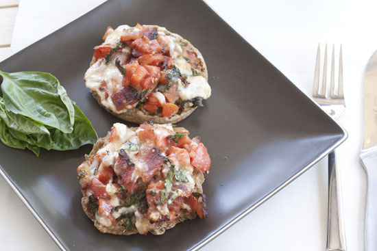 English Muffin Breakfast Pizzas - Macheesmo