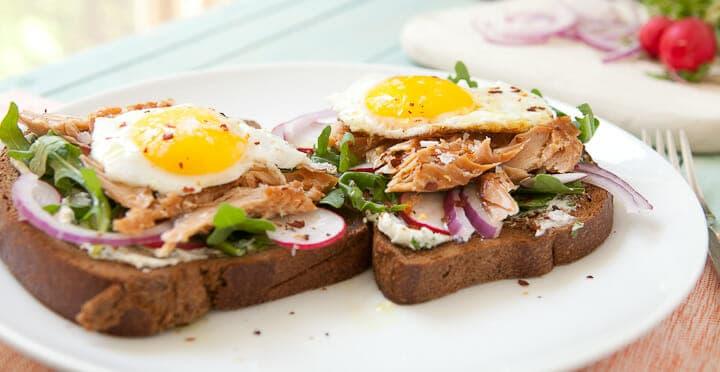 Smoked Salmon Breakfast Sandwich ~ Macheesmo