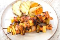 Spicy Maple Citrus Chicken Kabobs: These are the perfect kabobs for a chill weekend BBQ. Marinate the chicken in a sweet and spicy maple marinade and then stack it up with loads of fresh citrus flavors. Easy and delicious! | macheesmo.com
