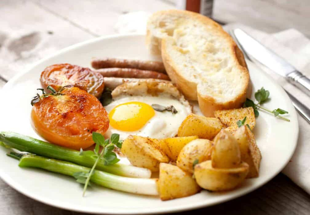 Quick Tomato Fry Up: This is the season when tomatoes are at their best. Make this quick tomato fry up based on the English full breakfast minus a few things and plus a few others! Great way to start the day!   macheesmo.com