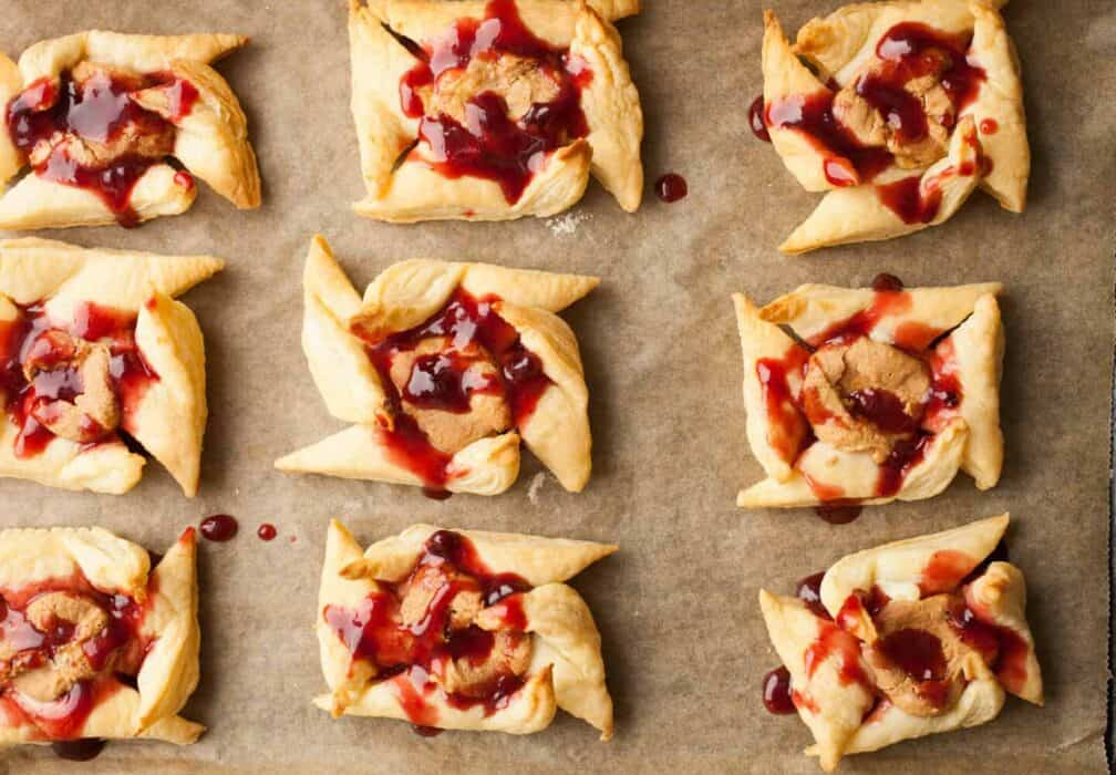 Peanut Butter and Jelly Pinwheels: These easy snacks are so addictive. Great as a breakfast side dish or sweet afternoon treat! Kids love them! | macheesmo.com