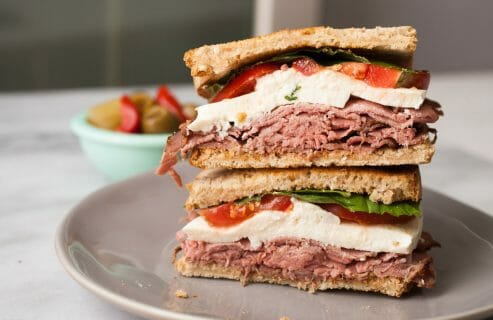 Roast Beef Caprese Sandwich: This easy and quick lunch sandwich has everything you want with no fancy prep! So fast and so delicious!   macheesmo.com