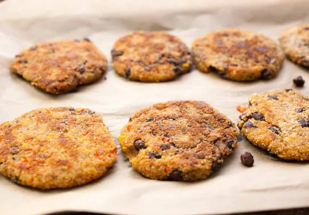 Kiddo Quinoa Veggie Burgers: These simple homemade quinoa burgers are filled with black beans, red peppers, sweet corn, and just enough spice. Perfect for kiddos!   macheesmo.com
