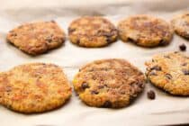 Kiddo Quinoa Veggie Burgers: These simple homemade quinoa burgers are filled with black beans, red peppers, sweet corn, and just enough spice. Perfect for kiddos! | macheesmo.com