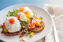 Smoked salmon potato stacks: These beautiful potato and egg stacks are SO easy to make and they look and taste very elegant. They are your new favorite brunch/fancy meal! | macheesmo.com