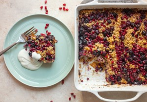 Blueberry Pomegranate Baked Oatmeal: This easy baked oatmeal is jam-packed with lots of fresh fruit for a perfect mix of tangy and sweet flavors. You're gonna love it. Very kid friendly! | macheesmo.com