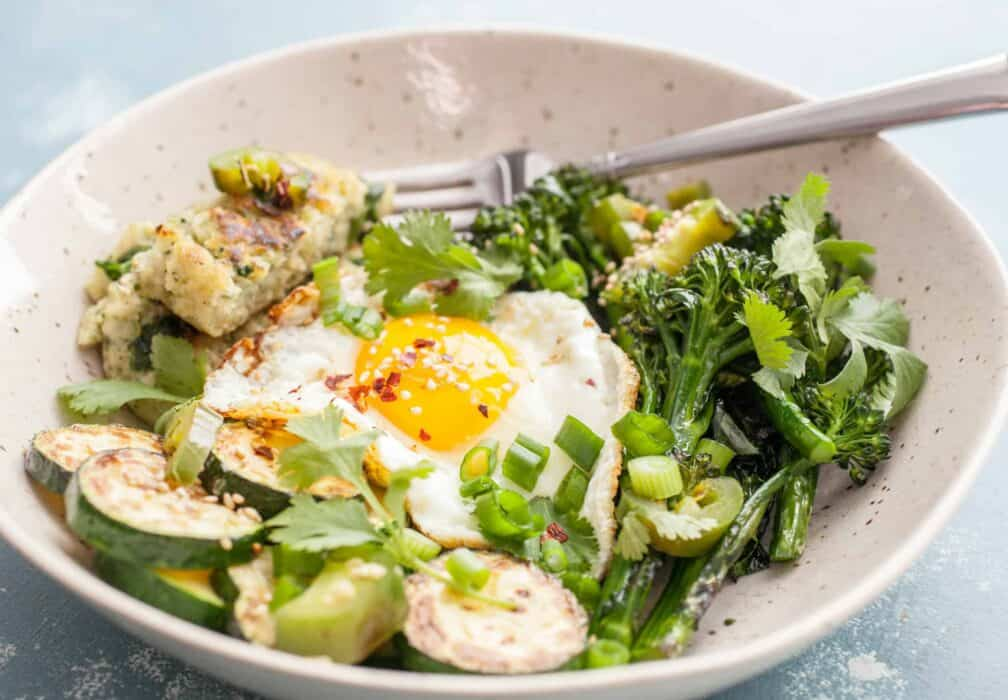 Spring Greens Breakfast Bowls: These bright fresh breakfast bowls are a filling and healthy way to start the day. Mix and match veggies to your liking! | macheesmo.com
