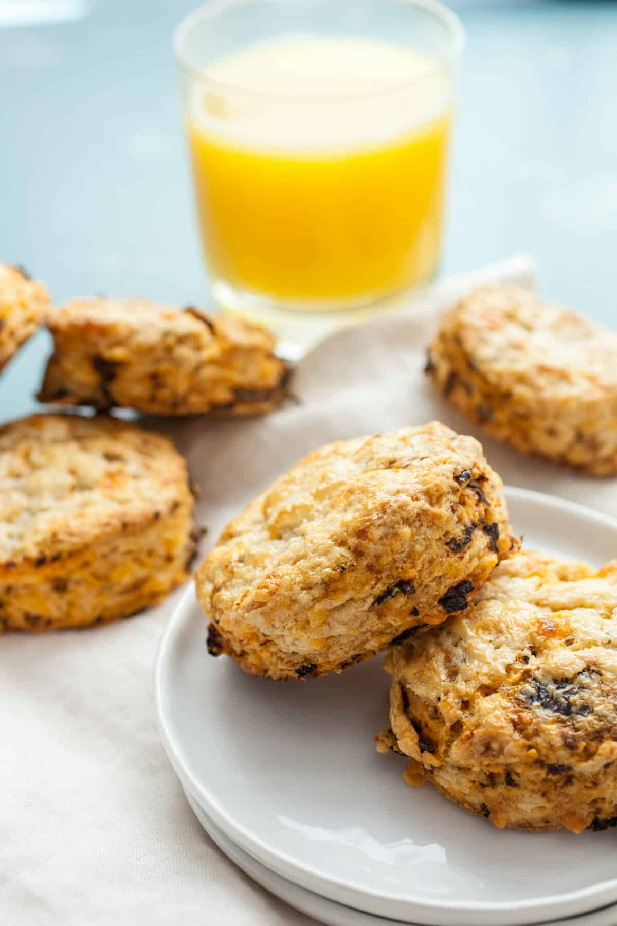 Sun-Dried Tomato Scones: These easy scones are packed with savory sun-dried tomatoes and cheddar cheese. Perfect for a spring brunch! | macheesmo.com