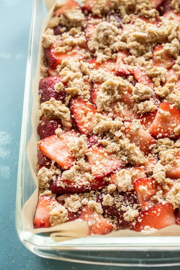 Crumble on Fresh Strawberry Dessert Bars